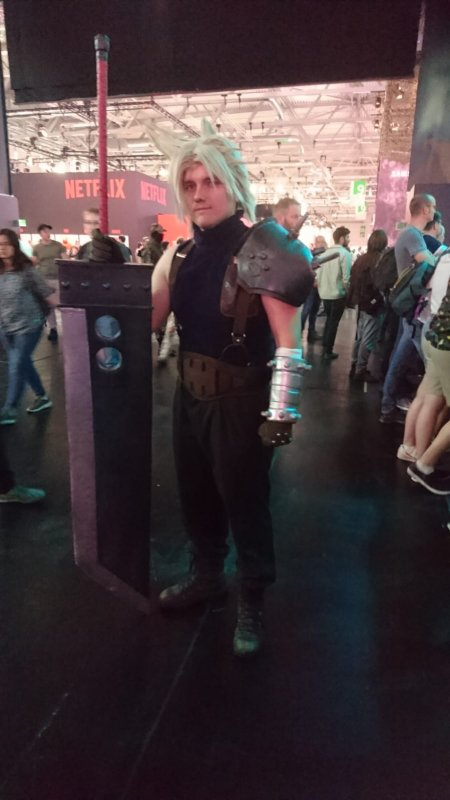 Gamescom 2019 Cloud-Cosplayer am Square Enix Stand